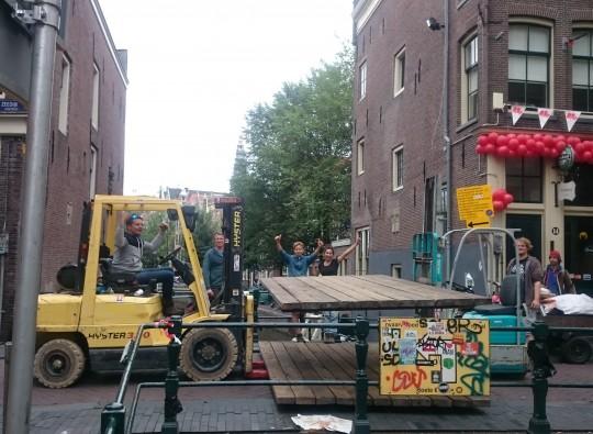 Decortafels plaatsen tijdens de hartjesdagen te Amsterdam
